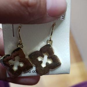 Jewelry - Goldtone flower shape earrings new